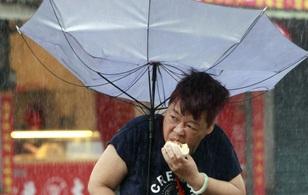 Thế giới đang phát cuồng chuyện tình người phụ nữ cố ăn hết chiếc bánh bao chồng mua giữa cơn bão