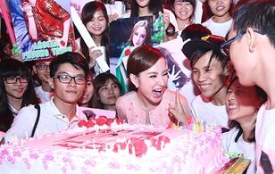 Angela Phương Trinh cười hết cỡ khi được fan mừng sinh nhật sớm
