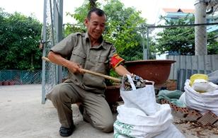 Chuyện cảm động về bác bảo vệ nhặt ve chai để mua gạo cho người nghèo ở Sài Gòn