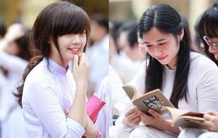 Nữ sinh Việt Đức xinh xắn pose hình với sổ Tôi Yêu Lớp Tôi trong ngày bế giảng