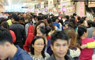 Biển người chen lấn ngộp thở ở Aeon Mall Hà Nội vào dịp cuối tuần