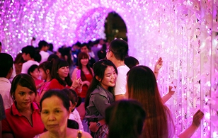 Hàng nghìn người đổ xô về Aeon Mall Bình Dương tham dự Lễ hội ánh sáng Nhật