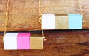 Nhặt gỗ thừa làm vòng cổ color block cá tính