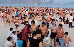 Chùm ảnh: Hàng vạn người chen nhau trên các bãi tắm biển trong kì nghỉ lễ