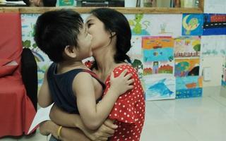 Gặp người đứng sau những bức tranh sắc màu trong ngõ hẻm Sài Gòn: nữ giáo viên dạy vẽ cho trẻ tự kỷ