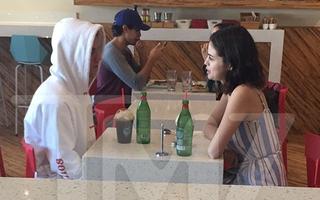 Selena Gomez và Justin Bieber tiếp tục bị bắt gặp đi ăn chỉ có 2 người trong lúc The Weeknd đi vắng