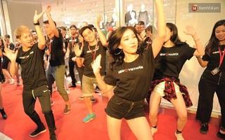 """Clip: Dàn nhân viên H&M """"quẩy"""" cực sung trong ngày khai trương tại Hà Nội"""