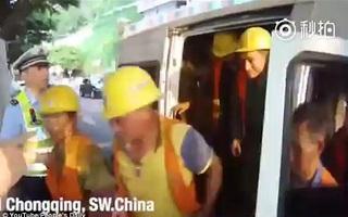 Tài xế Trung Quốc nhồi nhét 40 người trong chiếc xe tải 6 chỗ