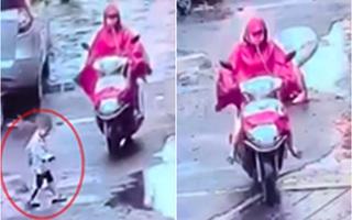 Trót đâm vào bé trai ngoài đường, người phụ nữ độc ác chèn luôn cả bánh xe sau qua người đứa trẻ