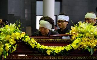 Người thân bật khóc bên linh cữu cụ bà Hoàng Thị Minh Hồ - người hiến hơn 5.000 lượng vàng cho nhà nước