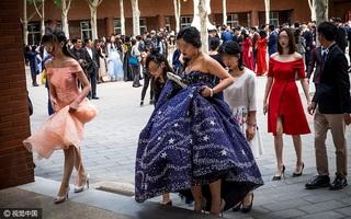 """Trung Quốc: Lễ trưởng thành của hội học sinh ở trường """"con nhà giàu"""" Bắc Kinh diễn ra như thế nào?"""