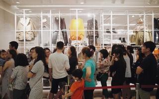 """Sau ngày đầu đón hơn 13 ngàn khách, store H&M Hà Nội đã bớt """"vỡ trận"""" nhưng khách vẫn xếp hàng chờ vào mua sắm"""