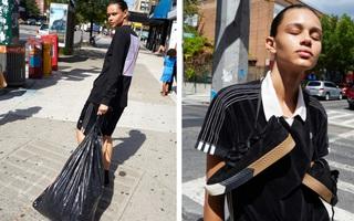 """Adidas Originals x Alexander Wang lăng xê mốt """"nhặt lá đá ống bơ"""", tay cầm túi rác ra đường"""