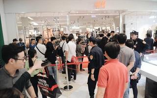 Khai trương H&M Hà Nội: Có hơn 2.000 người đổ về, các bạn trẻ phải xếp hàng dài chờ được vào mua sắm