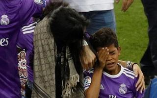 Con trai Ronaldo bật khóc trong ngày bố trở thành siêu huyền thoại