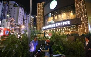 Quán café Starbucks ở ngã 6 Phù Đổng, Sài Gòn bị phá bỏ khu bồn hoa, bậc thềm vì lấn chiếm vỉa hè
