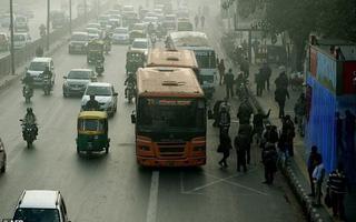 Người đàn ông bị cảnh sát bắt vì đi tất quá thối trên xe bus