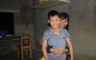 Bé trai 9 tuổi một mình sống giữa mộ bia ở Quảng Trị hơn 700 đêm: Cuối cùng mẹ đã về rồi, chỉ mong mẹ không bỏ em đi nữa