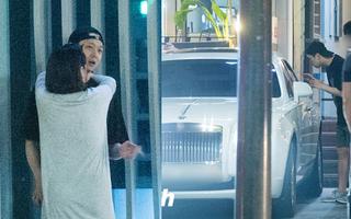Sau cùng, Dispatch đã tung ra ảnh Yoochun ôm ấp tình tứ, đưa đón hôn thê giàu có bằng xe sang