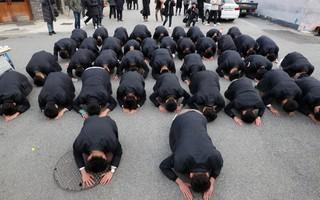 600.000 thí sinh Hàn Quốc thi Đại học: Cả đất nước nín thở, học sinh lớp 11 quỳ ngoài cổng trường chúc anh chị thi tốt