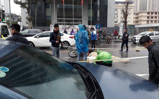 Hà Nội: Xót xa cảnh người đàn ông gục khóc suốt 1 giờ tại hiện trường tai nạn khiến 1 nạn nhân tử vong