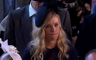 """Trót đi ăn cưới tình xưa, người yêu cũ Hoàng tử Harry bỗng trở thành """"meme"""" sau loạt biểu cảm chua chát"""