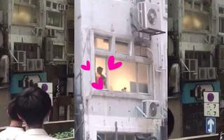 """Hong Kong: Người dân tụ vạ dưới sân chung cư xem """"phim tình cảm"""" miễn phí rồi phát hoảng khi phát hiện đó là hai... nam nhân"""