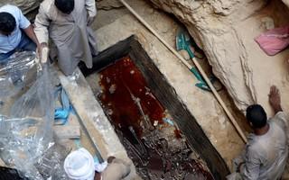 Người Ai Cập quyết định mở nắp quan tài đen 2000 năm tuổi, kết quả khiến ai cũng rùng mình
