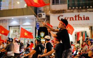 Đến nửa đêm, tiếng reo hò vẫn tưng bừng khắp các ngõ phố sau chiến thắng lịch sử của đội tuyển U23 Việt Nam