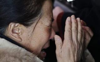 Người thân khóc ròng, vật vã ngóng tin vụ máy bay Malaysia rơi