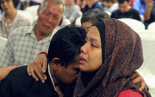 Những đứa trẻ trắng đêm chờ tin cha mẹ trên chuyến bay mất tích