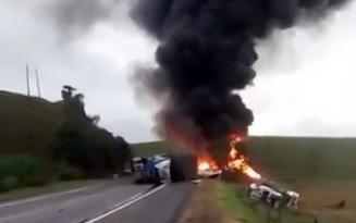 Xe chở đá đâm vào xe buýt, ít nhất 21 người thiệt mạng