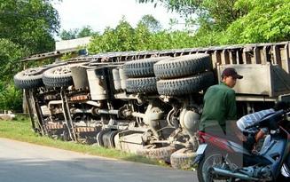 Xe chở vật liệu lật đè lên xe máy, 2 người tử vong tại chỗ