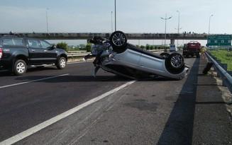"""Va chạm xe khách Phương Trang, """"xế hộp"""" lật ngửa trên cao tốc khiến 3 người mắc kẹt"""