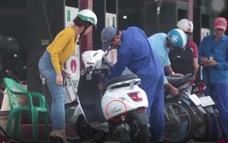 Clip: Cô gái trẻ dắt xe máy điện đi đổ xăng khiến anh nhân viên hoang mang tột độ