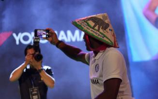 Huyền thoại Didier Drogba khiến fan thích thú với kiểu selfie cùng nón lá Việt Nam
