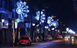 Người dân Thủ đô thích thú với đèn trang trí trang nhã dịp Tết Nguyên đán 2018