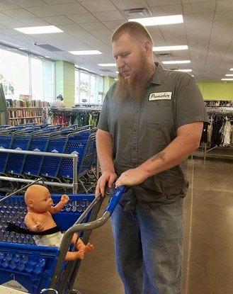 Người đàn ông xăm trổ bế búp bê đi mua sắm và câu chuyện cảm động đằng sau đó