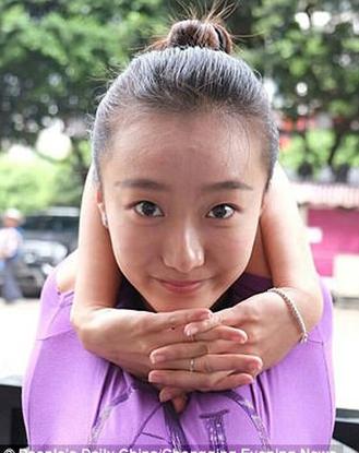Cô gái người bún xinh đẹp có khả năng xoắn tay tới 2 vòng