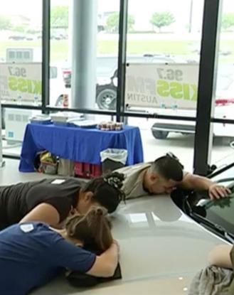 Hàng chục người ôm ấp lấy chiếc ô tô hôn sướt mướt như tình nhân