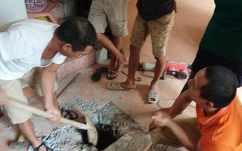 Hà Nội: Nền nhà nóng bất thường, đào lên kiểm tra thấy có điện phát sáng
