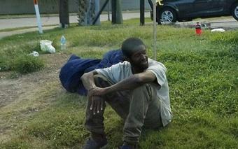 3 năm không xin ăn, chỉ ngồi đợi mẹ ở góc phố và cái kết có hậu dành cho chàng trai vô gia cư
