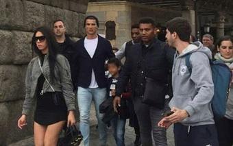 Bạn gái Ronaldo mặc váy ngắn cũn cỡn đến thánh đường linh thiêng