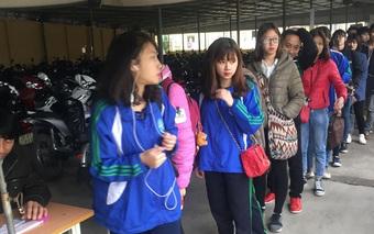 Hình ảnh đẹp nhất hôm nay: Sinh viên Thái Nguyên xếp hàng trật tự chờ lấy vé xe