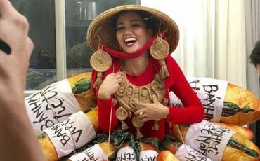 H'Hen Niê xuất hiện trong trang phục dân tộc đính đầy bánh mì, bạn xem chưa?