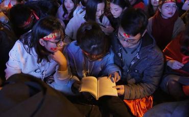 CĐV cứng nhất năm: Hàng triệu người hâm mộ hò hét cổ vũ Việt Nam dẫn trước vẫn lấy sách ra học chỉ vì 1 lý do này