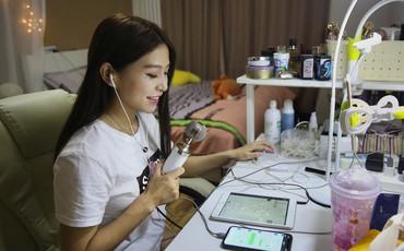 Hotgirl Trung Quốc thu nhập khủng trên mạng nhưng vẫn đi làm shipper để kiếm thêm tiền