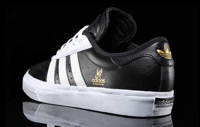 Bộ sưu tập sneaker đen huyền bí dành cho các boy