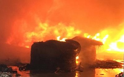 Chùm ảnh: Lửa cháy ngùn ngụt tại kho ván ép rộng 2.000m2 sát đội PCCC Ngọc Hồi