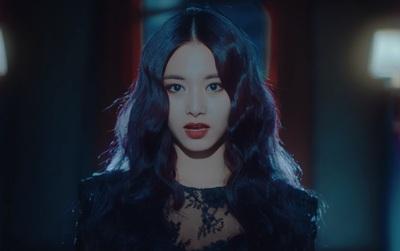 Đến mẹ Tzuyu cũng không nhận ra con gái khi xem MV mới của TWICE